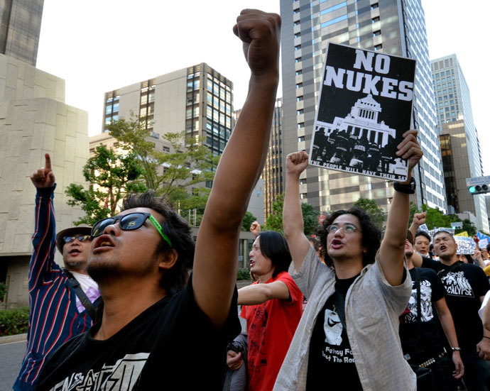 Protestors shout slogans and hold placards during an anti nuclear demonstration in front of the headquarters of the Tokyo Electric Power Co (TEPCO) in Tokyo on October 13, 2013. (AFP Photo / Yoshikazu Tsuno)