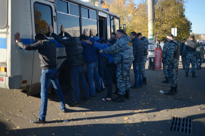 Police conducts mass detention during a raid at a vegetable warehouse in Zapadnoye Biryulyovo. (RIA Novosti/Grigoriy Sisoev)