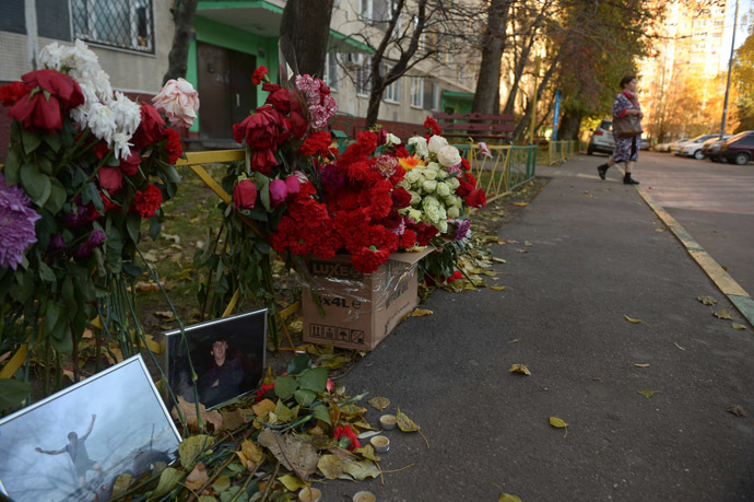 Flowers brought by residents of Zapadnoye Biryulyovo to the site of the murder of 25-year-old Moscowite Yegor Shcherbakov. (RIA Novosti/Grigoriy Sisoev)
