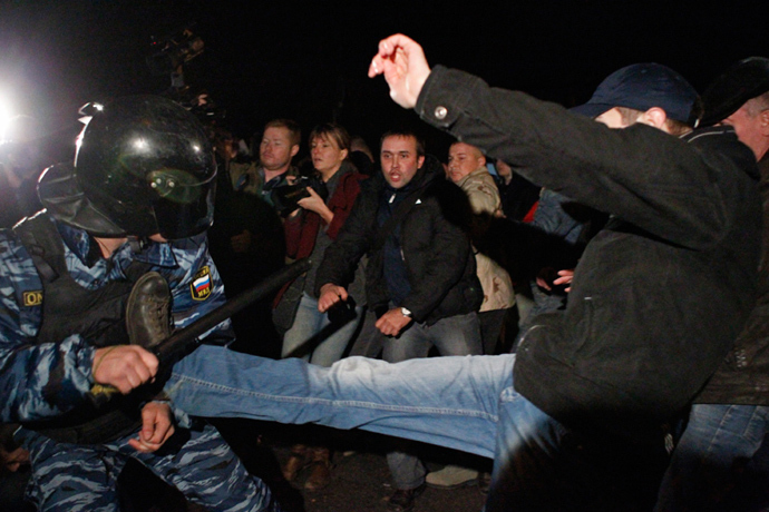 Demonstrators scuffle with police in the Biryulyovo district of Moscow October 13, 2013 (Reuters / Maxim Shemetov)