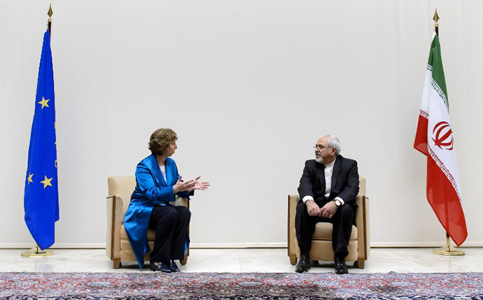 EU High Representative for Foreign Affairs Catherine Ashton (L) speaks with Iranian Foreign Minister Mohammad Javad Zarif during a photo-op prior the start of two days of closed-door nuclear talks on October 15, 2013 at the United Nations offices in Geneva. (AFP Photo / Fabrice Coffrini)