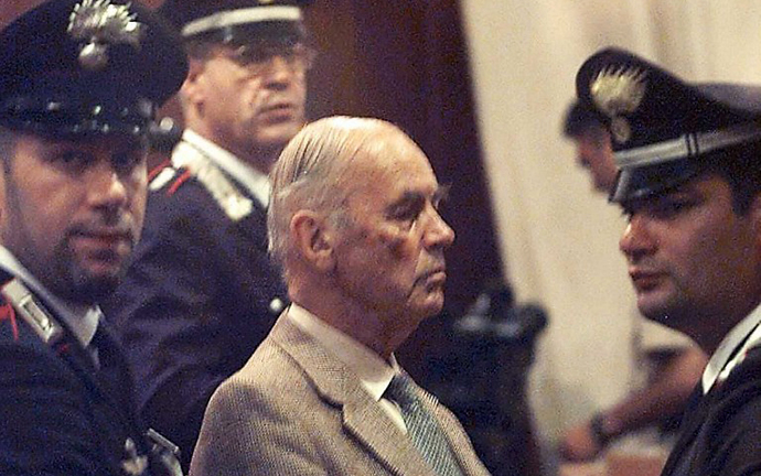 Ex-Nazi captain Erich Priebke, 83, is surrounded by carabinieri 01 August 1996 in a military court in Rome. (AFP Photo / Gerard Julien)