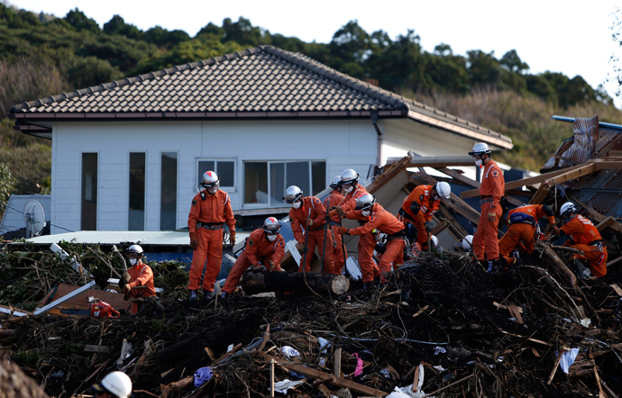 Rescue workers look for victims at a site that is damaged by a landslide caused by Typhoon Wipha in Izu Oshima island, south of Tokyo October 17, 2013 (Reuters / Yuya Shino)