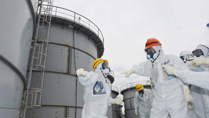 Fukushima Governor Yuhei sato (orange helmet) inspects the contaminated water tanks at Tokyo Electric Power Co (TEPCO) Fukushima Dai-ichi nuclear power plant at Okuma town in Fukushima prefecture on October 15, 2013. (AFP Photo/Jiji press)