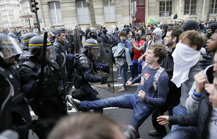 High school students fight against anti riot police officers during a demonstration in Paris, on October 18, 2013, in protest against the deportation of foreign pupils following the high-profile eviction of a 15-year-old Roma girl (AFP Photo / Kenzo Tribouillard)