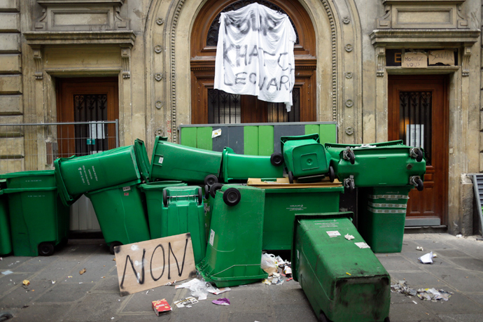 Picture taken on October 18, 2013 shows trash containers set as a barricade in front of Turgot high school as students protest against the deportation of foreign pupils following the high-profile eviction of a 15-year-old Roma girl (AFP Photo / Kenzo Tribouillard)