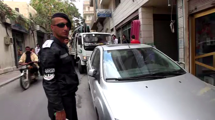 Rebel patrol in the Syrian town of Yabroud. (RT video still)