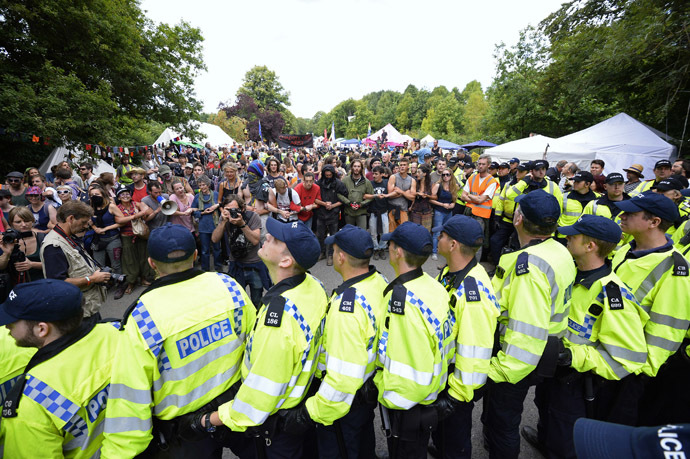 Police confront demonstrators outside a drill site run by Cuadrilla Resources, near Balcombe in southern England August 19, 2013. Anti-fracking protesters scuffled with police outside an oil exploration site in rural England on Monday and broke into the headquarters of the energy company which is pioneering shale gas exploration in Britain. (Reuters/Paul Hacket)
