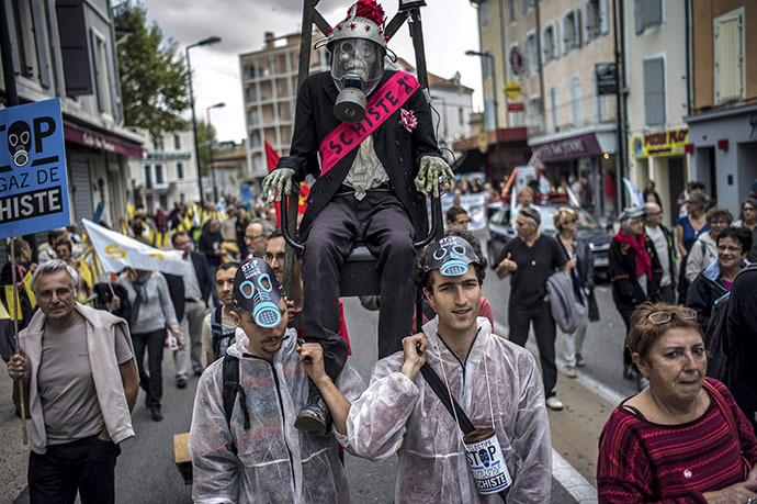 People demonstrate in streets of Montelimar, southern France, on October 19, 2013, to protest against the exploitation of shale gas and oil. (AFP Photo / Jeff Pachoud)