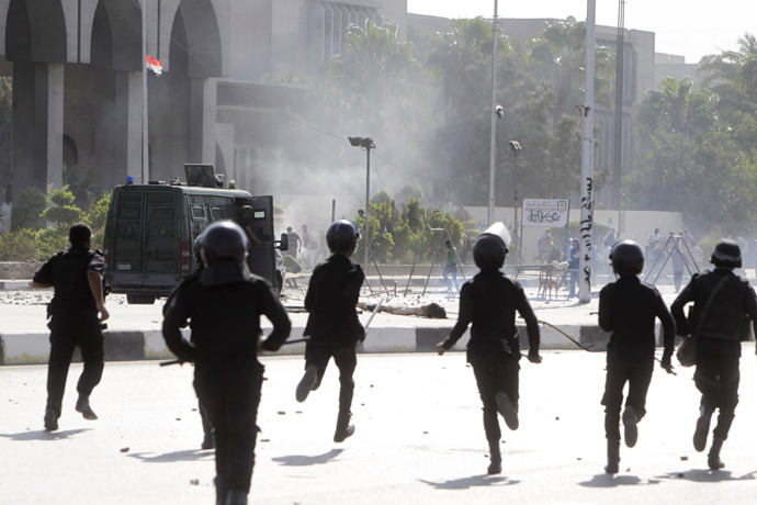 Riot police officers advance towards protesters at Al-Azhar University during clashes in Cairo October 20, 2013 (Reuters / Mohamed Abd El Ghany)
