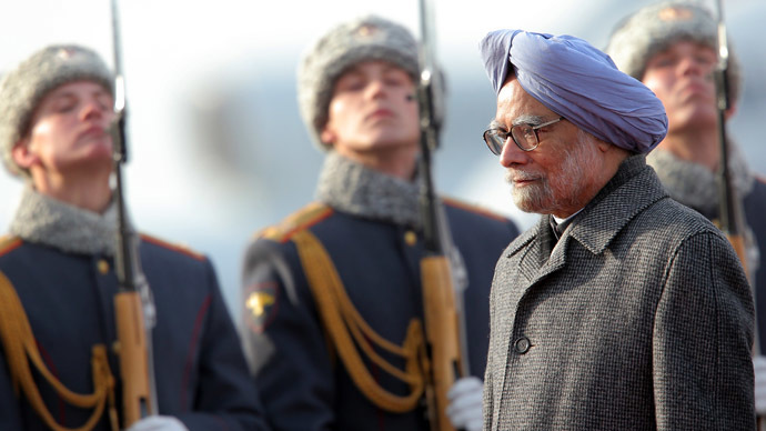 Indian Prime Minister Manmohan Singh walks past a honor guard formation upon arrival to Moscow's Vnukovo airport. (RIA Novosti/Vitaliy Belousov)