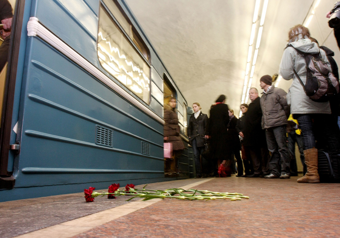 Flowers lay in memory of victims of a terrorist bomb blast inside the Lubyanka metro station in Moscow on March 29, 2010 where the line has resumed running after the morning's incident (AFP Photo / Andrey Smirnov)