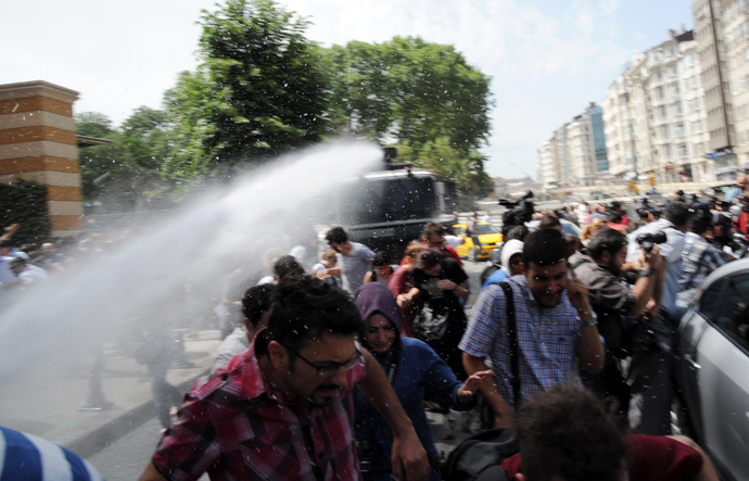 Demonstrators flee from a water cannon during clashes with riot police on May 31, 2013 during a protest against the demolition of Taksim Gezi Park, in Taksim Square in Istanbul (AFP Photo / Bulent Kilic)