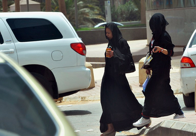 Women walk in a street in the Saudi capital Riyadh (AFP Photo / Fayez Nureldine)