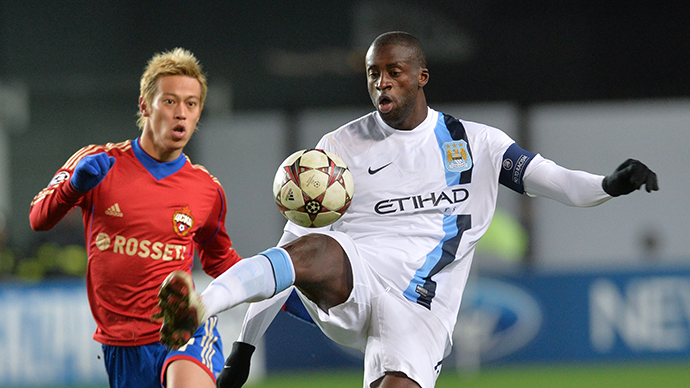 CSKA Moscow's Keisuke Honda, left, against Manchester City's Yaya Toure in the 2013–14 UEFA Champions League's group stage match on October 23, 2013. (RIA Novosti / Iliya Pitalev)