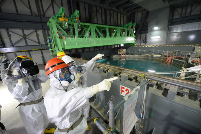 Fukushima Governor Yuhei sato (orange helmet) inspects the spent fuel pool in the unit 4 reactor building of Tokyo Electric Power Co (TEPCO) Fukushima Dai-ichi nuclear power plant at Okuma town in Fukushima prefecture on October 15, 2013. (AFP Photo/Jiji press)