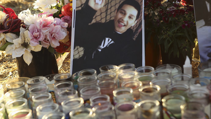 A photo of Andy Lopez Cruz is shown at a makeshift memorial at the site of his death in Santa Rosa, California October 24, 2013. (Reuters/Robert Galbraith)