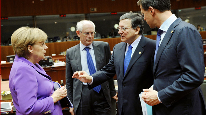 European Commission President Jose Manuel Barroso (2nd R) talks with German Chancellor Angela Merkel (L), European Council President Herman Van Rompuy (2nd L) and Dutch Prime Minister Mark Rutte on the second day of an European Council meeting on October 25, 2013 at the EU headquarters in Brussels. (AFP Photo)