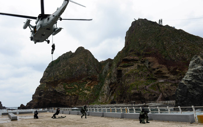 his handout photo taken on October 25, 2013 shows South Korean Navy's Underwater Demolition Team members conducting a landing operation on the tiny chain of Seoul-controlled rocky islands, known as Dokdo in Korea and Takeshima in Japan, in the Sea of Japan (East Sea). (AFP Photo/South Korean Navy)