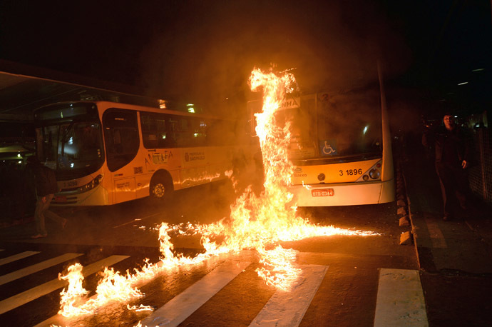 An autobus burns after a demonstration against rising public transport costs and demanding better public services in Sao Paulo, Brazil, on October 25, 2013. (AFP Photo/Nelson Almeida)