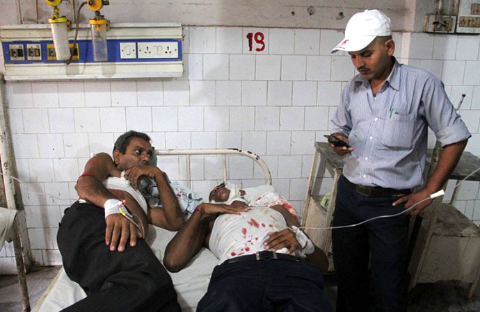 Injured Indian men receive medical treatment at a hospital following a series of bomb blasts in Patna on October 27, 2013. (AFP Photo)