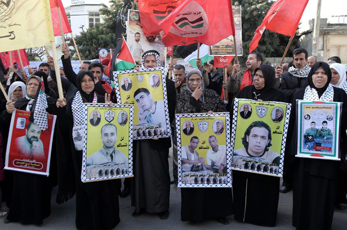 Families of Palestinian prisoners held in Israeli jails hold their portraits during a demonstration, demanding their release, Gaza City (AFP Photo / Said Khatib)