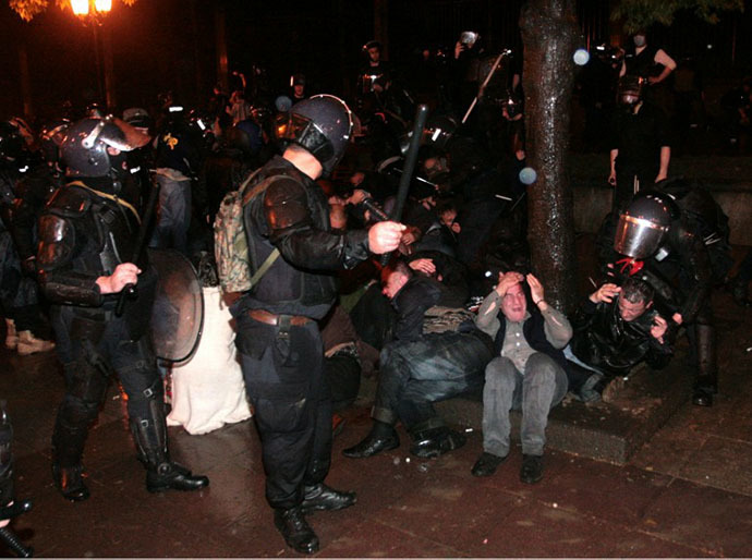 Georgian riot police officers disperse opposition rally in Tbilisi late on May 25, 2011. (AFP Photo / Giorgi Kakulia)