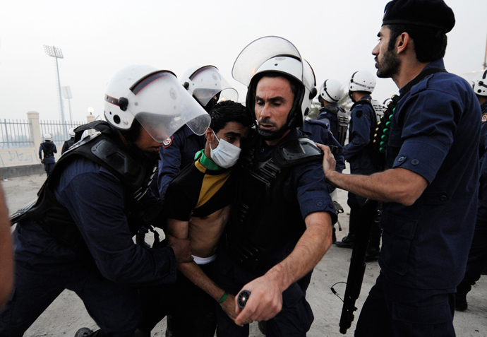 Riot police arrest an anti-government protester during clashes in the village of Daih, west of Manama, November 26, 2012 (Reuters / Stringer)