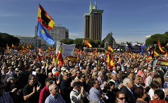 People applaud as they gather with thousands of Spaniards at Plaza de Colon on October 27, 2013. (AFP Photo / Gerard Julien)