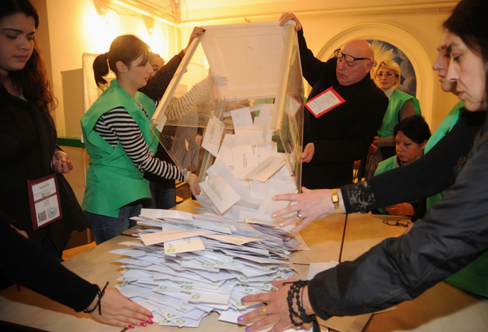 Electoral officials empty a ballot box before counting the cast votes at a polling station in Tbilisi, October 27, 2013 (Reuters / Irakli Gedenidze)