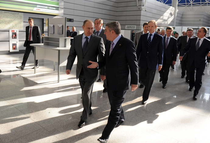 Russian President Vladimir Putin (L) and International Olympic Committee President Thomas Bach before getting on Lastochka aeroexpress train at Sochi airport (RIA Novosti / Michael Klimentyev)