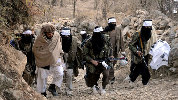 (FILE) Pakistani Taliban commander Hakeemullah (2L) arrives for a press conference along with guards in the Mamouzai area of Orakzai Agency. (AFP Photo / Tariq Mahmood)