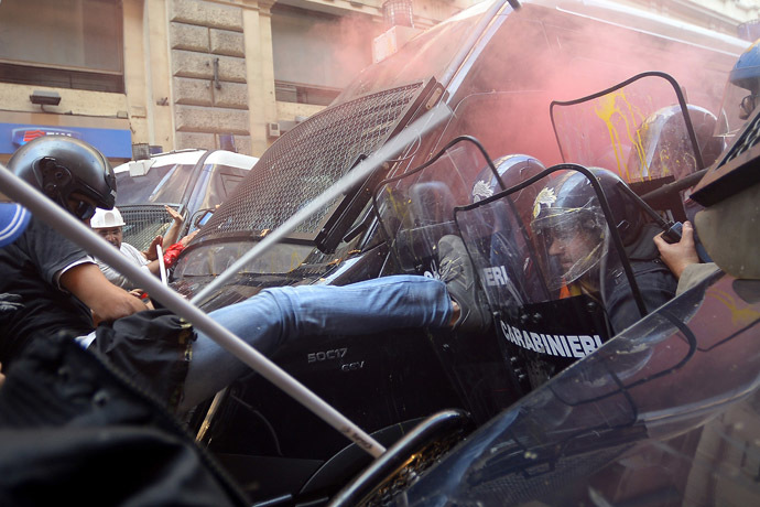 Protesters clash with anti riot-police during a demonstration to ask for affordable housings and against Government's austerity measures on October 31, 2013 in downtown Rome. (AFP Photo/Filippo Monteforte)