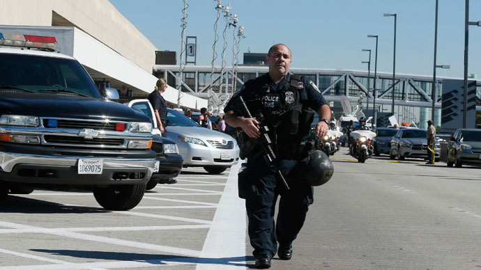 An airport police officer walks towards terminal 3 after a shooting incident at Los Angeles airport (LAX), California November 1, 2013.(Reuters / Lucy Nicholson)