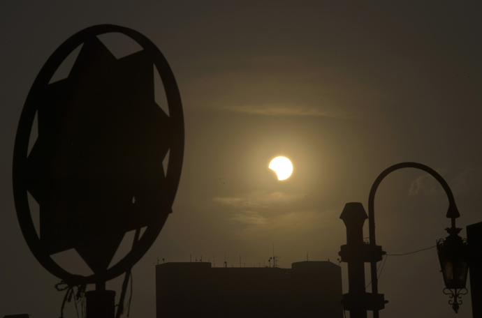 A partial solar eclipse is seen over the Egyptian capital Cairo, on November 3, 2013 (AFP Photo / Khaled Desouki)