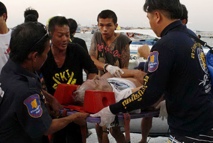 Thai rescue personnel evacuate an injured foreign tourist after a ferry sank off the coast in Pattaya on November 3, 2013 (AFP Photo / STR)