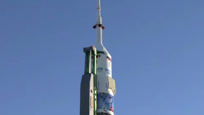 The Soyuz TMA-11M spacecraft is decorated with the 2014 Sochi Olympiade symbols (Screenshot from RTR feed)