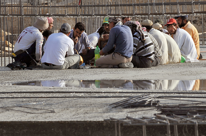 Foreign workers have a breakfast at a construction site in the Saudi capital Riyadh on October 30, 2013 (AFP Photo / Fayez Nureldine)
