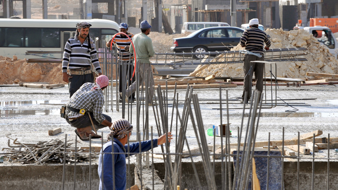 Foreign laborers work at a construction site in the Saudi capital Riyadh on October 30, 2013 (AFP Photo / Fayez Nureldine)