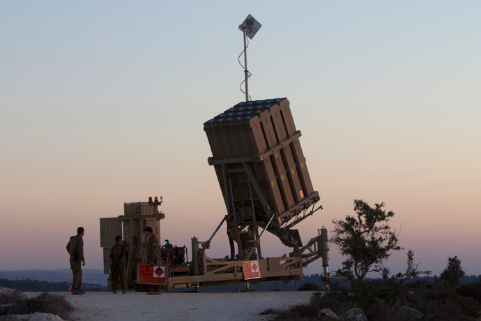 "Israeli soldiers stand near an ""Iron Dome"" battery (AFP Photo / Ahmad Gharabli)"