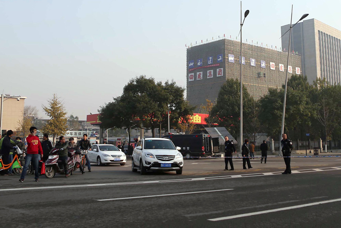Policemen cordon off a street after an explosion outside a provincial headquarters of China's ruling Communist Party in Taiyuan, north China's Shanxi province on November 6, 2013. (AFP/China Out)