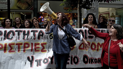 Evicted Greek TV channel goes on air from street (VIDEO)