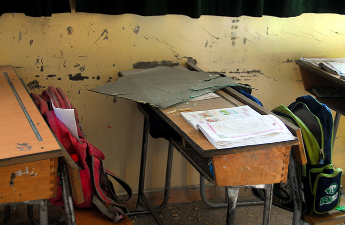 A handout picture released by the official Syrian Arab News Agency (SANA) on November 6, 2013, allegedly shows shard of glass on classroom table after a bomb explosion rocked the heart of the Syrian capital Damascus. (AFP Photo)