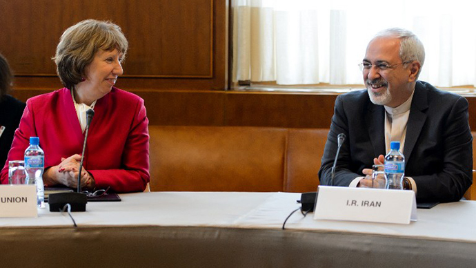 EU foreign policy chief Catherine Ashton (L) speaks with Iranian Foreign Minister Mohammad Javad Zarif on November 7, 2013 before the start of two days of closed-door nuclear talks in Geneva. (AFP Photo / Fabrice Coffrini)