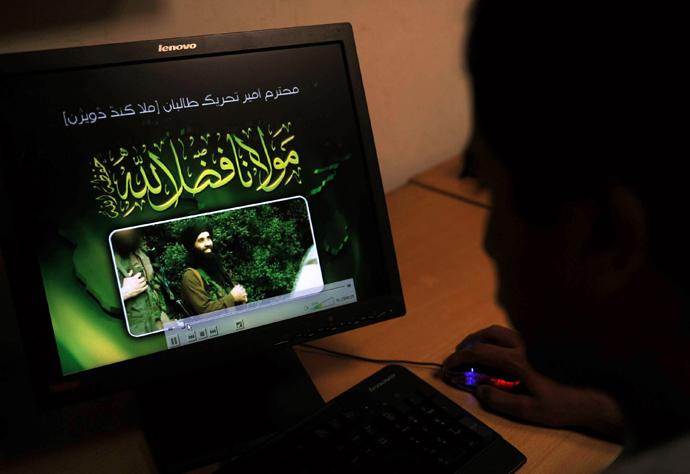 A Pakistani journalist watches a newly released video of radical Pakistani cleric Maulana Fazlullah in Peshawar (AFP Photo / A. Majeed)