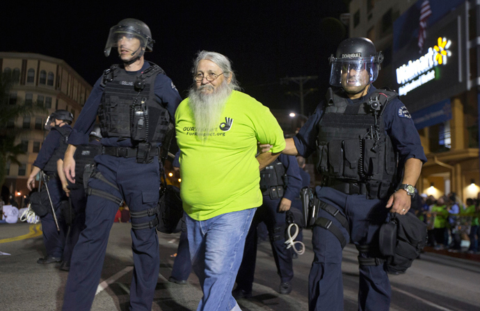 Los Angeles police arrest a protester during a demonstration for better wages outside Walmart in Los Angeles, November 7, 2013. (Reuters / Lucy Nicholson)