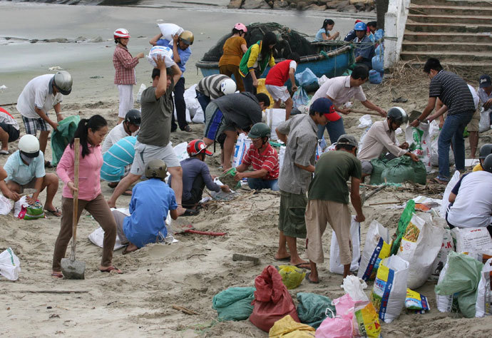 Residents prepare sand bags to reinforce a sea dyke in the central province of Phu Yen on November 9, 2013. Vietnam has started evacuating over 100,000 people from the path of Super Typhoon Haiyan, state media said on November 9, 2013.(AFP Photo / Vietnam News Agency )