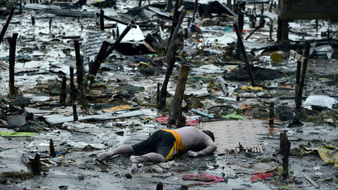 A body of a dead man is seen at the bay of Tacloban, eastern island of Leyte on November 10, 2013.(AFP Photo / Noel Celis)