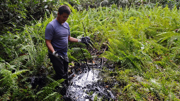 Ecuadorean activist of the Amazonia Defense Front, Donald Moncayo, shows waste of oil at Aguarico 4 oil well, near La Primavera, Sucumbios province, 45 km south of Lago Agrio, in the Ecuadorean Amazonia (AFP Photo / Rodrigo Buendia)