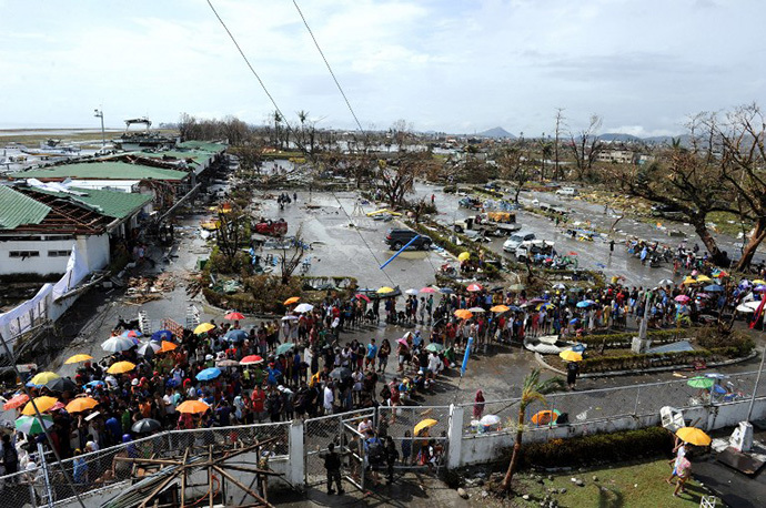 Typhoon survivors queue up to receive relief goods being distributed at the Tacloban airport in Tacloban, on the eastern island of Leyte on November 10, 2013 after Super Typhoon Haiyan swept over the Philippines. (AFP Photo / Ted Aljibe)